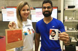 Ação de PDV, comprou ganhou! A loja Ibyte e a Motorola presenteavam a todos os clientes que realizassem compras com uma linda caneca personalizada com a caricatura feita na hora.